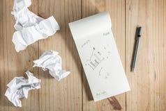 Libro Blanco y lápiz de papel y gris arrugado en backgro de madera Fotos de archivo libres de regalías