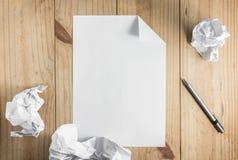 Libro Blanco y lápiz de papel y gris arrugado en backgro de madera Imagenes de archivo