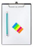 Libro Blanco y lápiz en el sujetapapeles Fotos de archivo