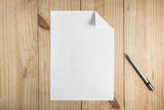 Libro Blanco y lápiz gris en fondo de madera Imagenes de archivo
