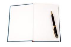 Libro blu e penna fotografia stock