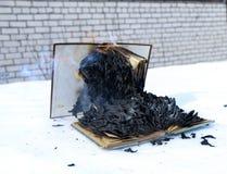 Libro bruciante in neve pagine con il testo nell'ustione del libro aperto con la fiamma luminosa fotografie stock libere da diritti