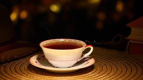 Libro caldo del tubo di fumo del cappello del bokeh dell'oro della tazza di tè nessuno metraggio del hd