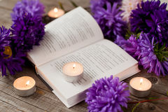 Libro, candele e fiori Fotografia Stock Libera da Diritti