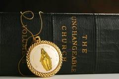 Libro cattolico e simboli Fotografia Stock Libera da Diritti