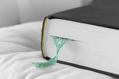 Libro cercano con la señal verde Imagenes de archivo