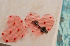 Libro cerrado aún de la vida hermosa, el símbolo dominante del día del ` s de la tarjeta del día de San Valentín Viejo corazón de Fotografía de archivo libre de regalías