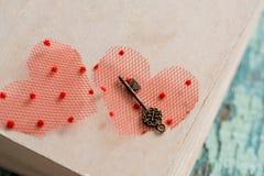 Libro cerrado aún de la vida hermosa, el símbolo dominante del día del ` s de la tarjeta del día de San Valentín Viejo corazón de Imagen de archivo