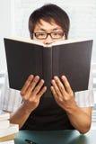 Libro cinese della holding dell'allievo maschio dell'istituto universitario Fotografia Stock Libera da Diritti