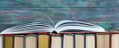 Libro con copertina rigida del libro aperto sui libri della pila immagine stock