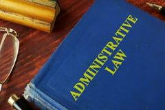 Libro con derecho administrativo del título fotos de archivo