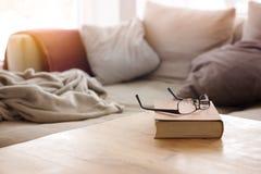 Libro con gli occhiali sulla tavola davanti allo strato Immagini Stock Libere da Diritti