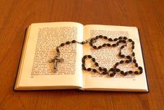Libro con il rosario Immagine Stock Libera da Diritti