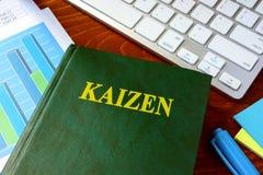 Libro con il titolo Kaizen fotografia stock
