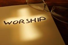 Libro con la adoración de la palabra Imagen de archivo
