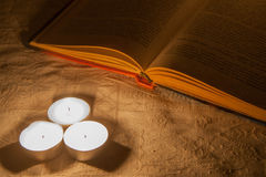 Libro con la candela Fotografie Stock