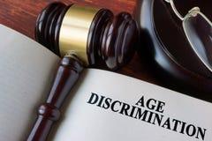 Libro con la discriminación por razón de edad del capítulo imagenes de archivo
