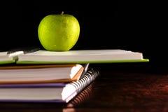 Libro con la manzana verde Imágenes de archivo libres de regalías