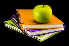 Libro con la manzana verde Foto de archivo libre de regalías