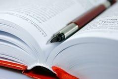 Libro con la penna Fotografie Stock Libere da Diritti