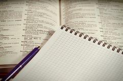 Libro con la pluma y el cuaderno Fotografía de archivo libre de regalías