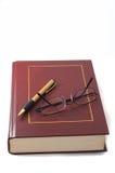 Libro con la pluma y los vidrios Fotografía de archivo