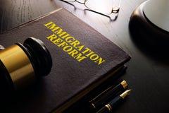 Libro con la riforma di immigrazione di titolo fotografia stock libera da diritti