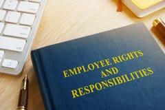 Libro con las derechas y las responsabilidades del empleado del título foto de archivo