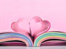 Libro con las paginaciones abiertas y la dimensión de una variable del corazón imagenes de archivo