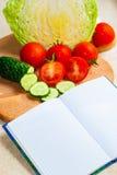 Libro con le ricette di verdure fotografia stock libera da diritti