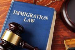 Libro con ley de la inmigración del título foto de archivo libre de regalías