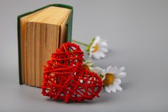 Libro con los poemas románticos, las flores y un corazón fotografía de archivo