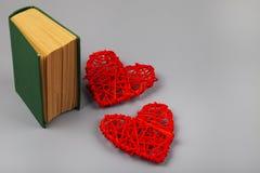 Libro con los poemas románticos y dos corazones imagen de archivo libre de regalías