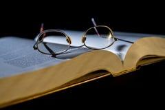 Libro con los vidrios de lectura Foto de archivo