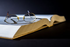 Libro con los vidrios de lectura Fotos de archivo
