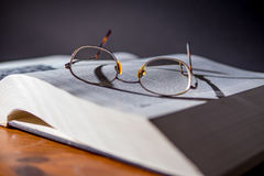 Libro con los vidrios de lectura Foto de archivo libre de regalías