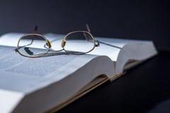 Libro con los vidrios de lectura Fotografía de archivo libre de regalías