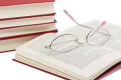 Libro con los vidrios en él Imagenes de archivo