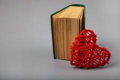 Libro con poemas románticos y un corazón fotografía de archivo libre de regalías