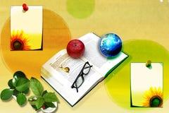 Libro con una manzana y un planeta Foto de archivo libre de regalías