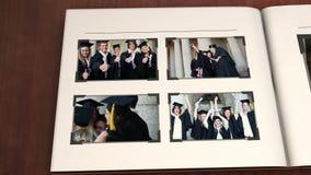 Libro con vídeos de la graduación stock de ilustración