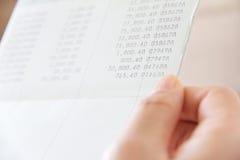 Libro contabile di conto bancario della tenuta della mano Immagine Stock