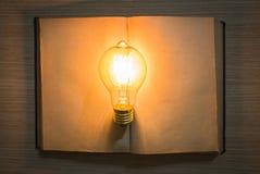 Libro d'annata e lampadina Fotografie Stock Libere da Diritti