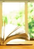 Libro d'annata sulla tavola di legno immagine stock libera da diritti