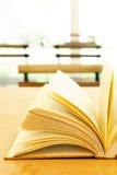 Libro d'annata sulla tavola di legno fotografia stock libera da diritti