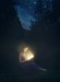 Libro d'ardore alla notte fotografie stock