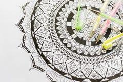 Libro da colorare adulto, nuova tendenza di alleviamento di sforzo Concetto di terapia, di salute mentale, di creatività e di con immagine stock libera da diritti