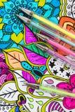 Libro da colorare adulto, nuova tendenza di alleviamento di sforzo Concetto di terapia, di salute mentale, di creatività e di con fotografie stock