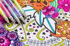 Libro da colorare adulto, nuova tendenza di alleviamento di sforzo Concetto di terapia, di salute mentale, di creatività e di con fotografie stock libere da diritti