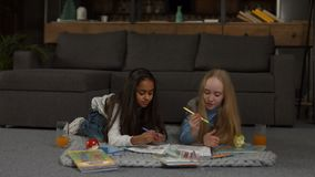 Libro da colorare sveglio della pittura delle bambine con gli indicatori archivi video